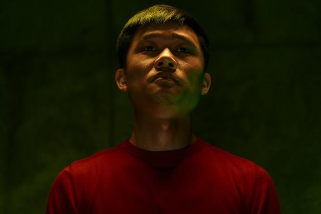 Trauriges und müdes dunkles porträt des asiatischen mannes