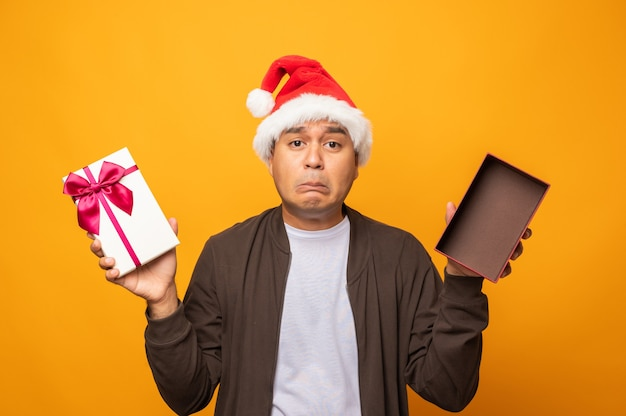 Traurigkeit mann gesicht öffnen sie die geschenkbox, aber ist nichts in der box.