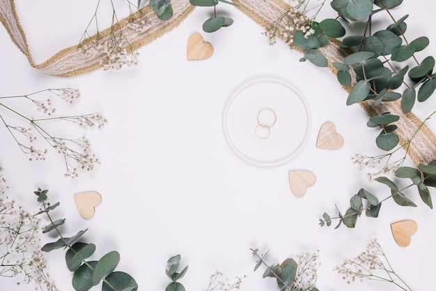Trauringe mit natürlicher dekoration