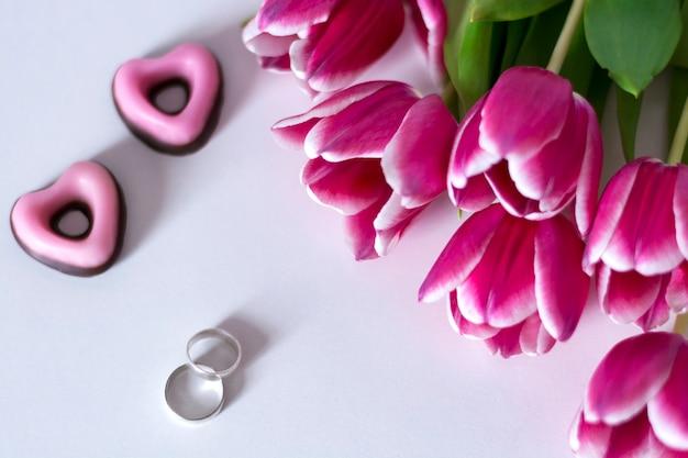 Trauringe und tulpen