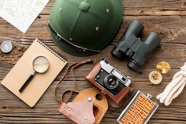 Travel kit wesentliche elemente auf einem tisch
