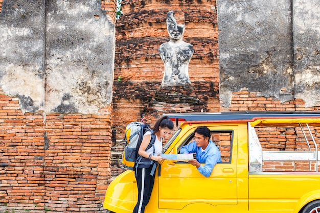 Traveler hollding kartenreiseabfrage für die weise