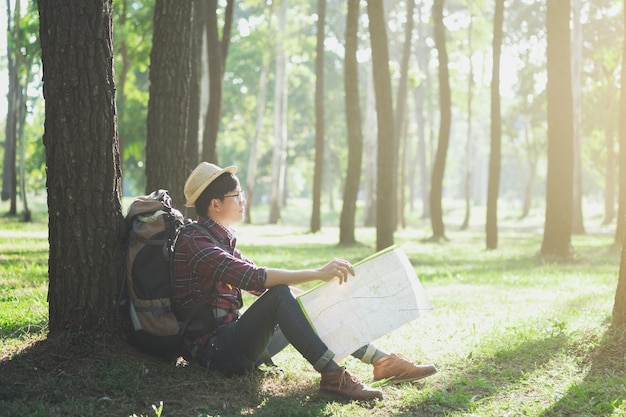 Traveller mit rucksack entspannend im freien.