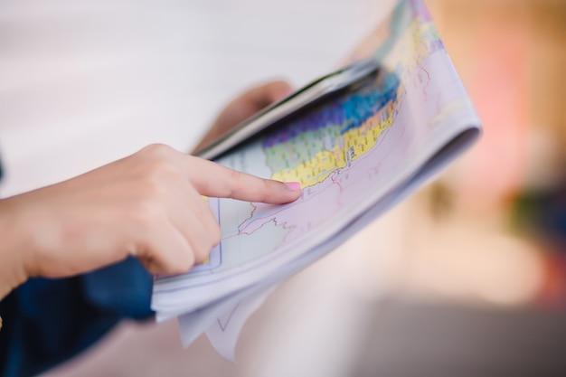 Travelley zeigt die karte zwischen touren