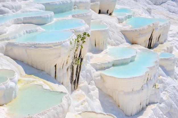 Travertinpools des blauen cyan-blauen wassers bei altem hierapolis, jetzt pamukkale, die türkei
