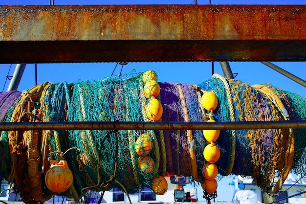 Trawler boot netz in achse aus mittelmeer gerollt