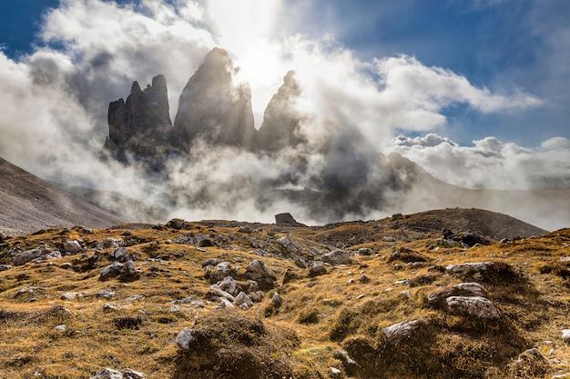 Tre cime di lavaredo berühmten blick auf die felsigen berge mit sonne durch die wolken