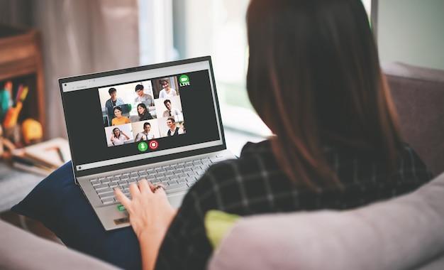 Treffen der asiatischen geschäftsfrau mit multiethnischen geschäftsleuten und live-streaming der vdo-konferenz in work from home concept