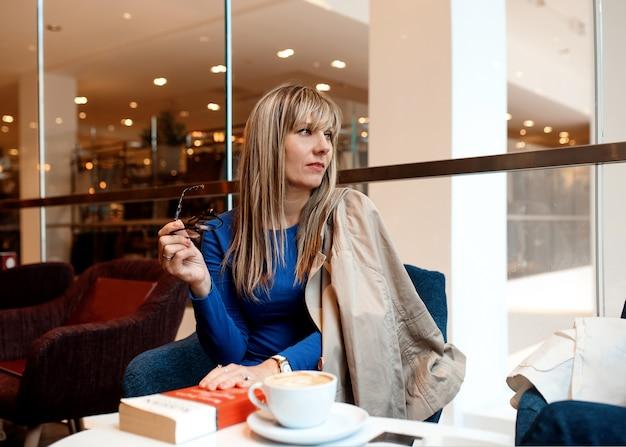 Treffen der geschäftsfrau mit freunden im café zum mittagessen