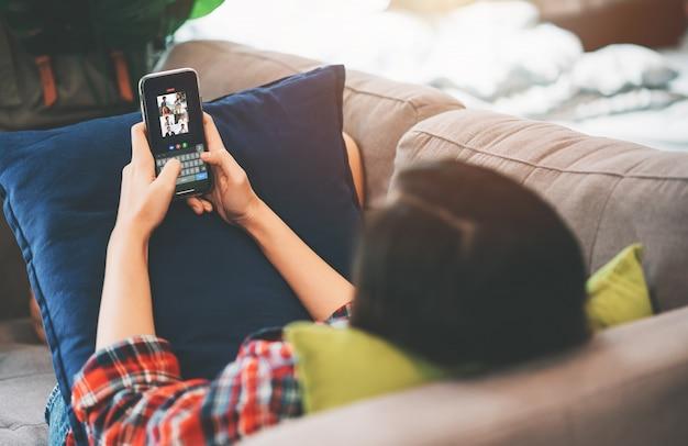 Treffen der jungen asiatischen geschäftsfrau mit geschäftsleuten und vdo-konferenz auf smartphone in arbeit vom hauptkonzept