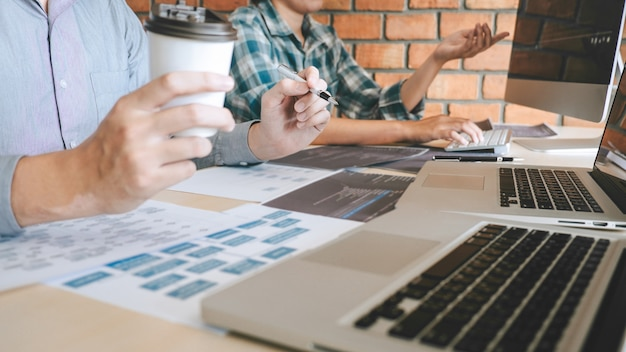 Treffen der professionellen entwickler-programmierer-kooperation sowie brainstorming und programmierung auf der website
