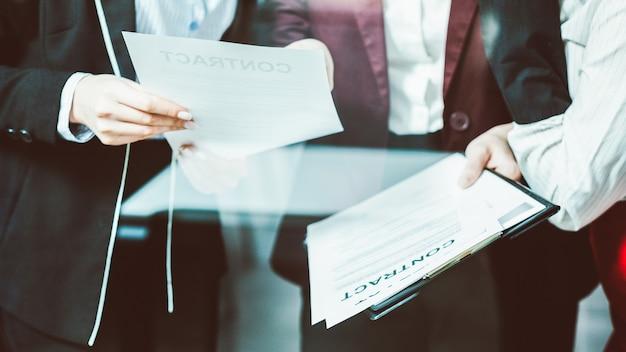 Treffen der unternehmensanwälte. vertragsdiskussion für großunternehmen. kommunikation mit weiblichen führungskräften