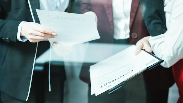 Treffen der unternehmensanwälte. vertragsdiskussion für großunternehmen. weibliche führungskräfte prüfen vereinbarung.