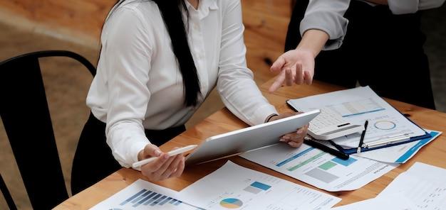 Treffen des asiatischen unternehmensberaters zur analyse und diskussion der situation des finanzberichts im besprechungsraum. anlageberater, finanzberater, finanzberater und buchhaltungskonzept