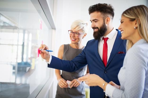 Treffen des unternehmenserfolgs geschäftsleute brainstorming-teamwork-konzept