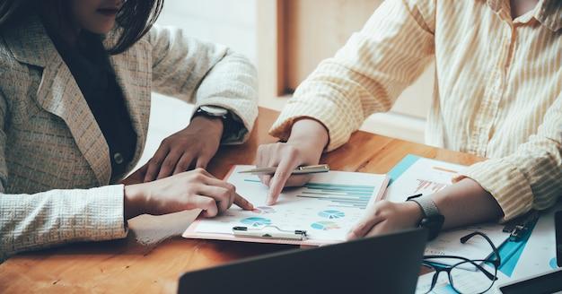 Treffen eines asiatischen unternehmensberaters zur analyse und diskussion der situation im finanzbericht im besprechungsraum. anlageberater, finanzberater, finanzberater und rechnungslegungskonzept.