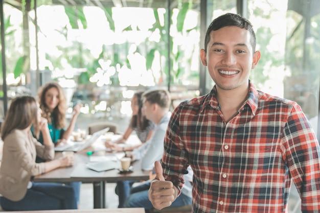Treffen eines jungen arbeiters in einem café mit seiner teamarbeit