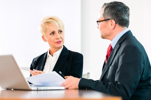 Treffen im büro, menschen, die mit dem dokument arbeiten