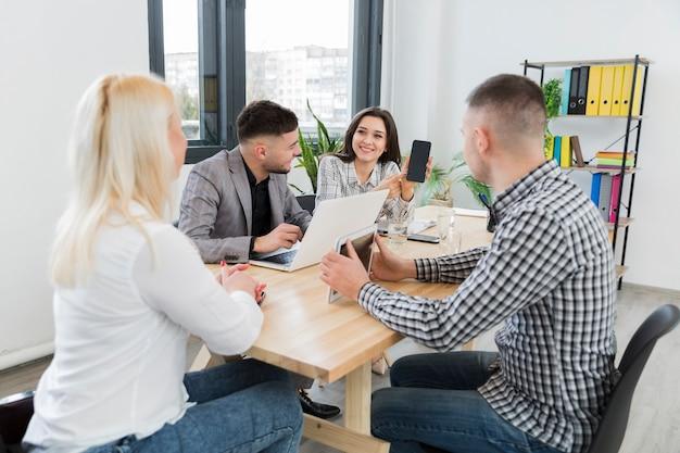 Treffen im büro mit frau im rollstuhl
