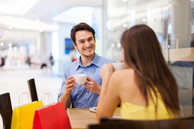 Treffen im café nach dem einkauf