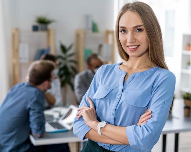 Treffen junger leute im büro