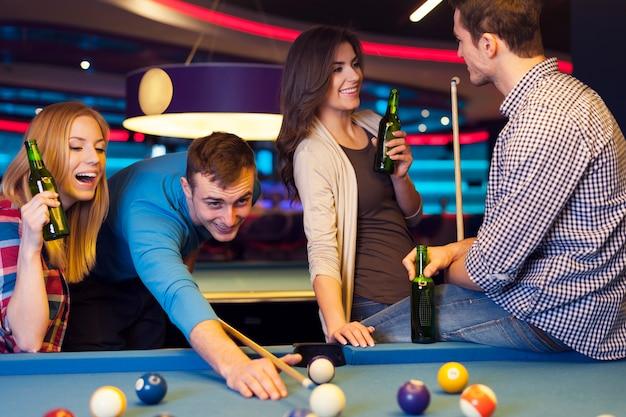 Treffen junger leute im nachtclub