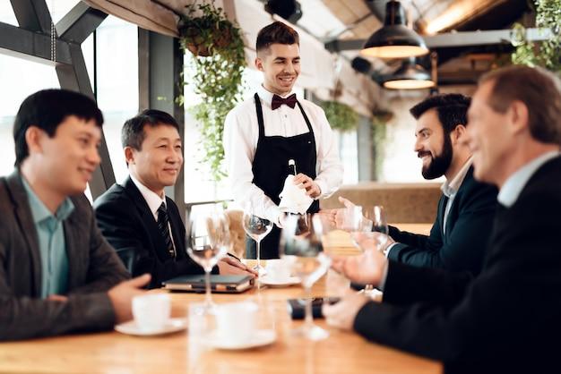 Treffen mit chinesischen geschäftsleuten im restaurant.