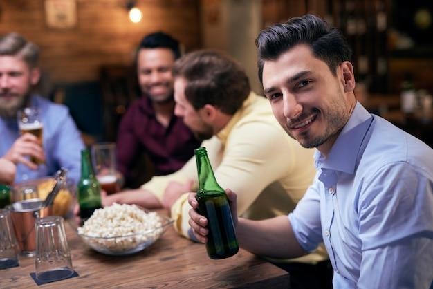 Treffen mit den besten freunden an der bar