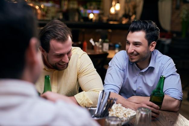 Treffen mit den besten freunden in der kneipe