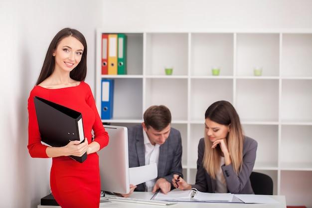 Treffen mit einem agenten im büro, kauf einer mietwohnung oder eines hauses