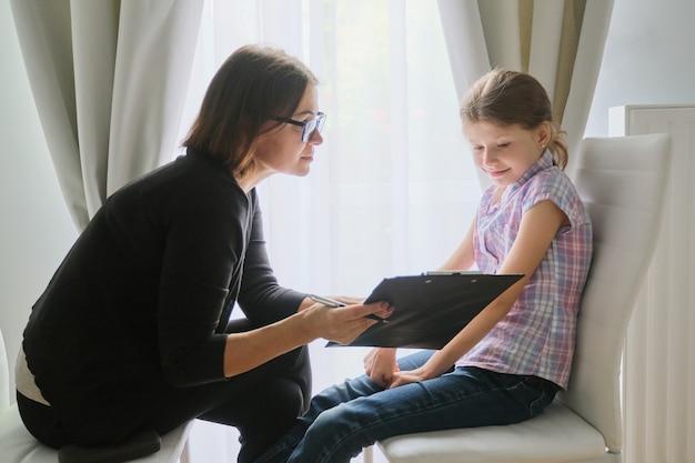 Treffen mit einem mädchen mit einer schulberater-therapeutin.