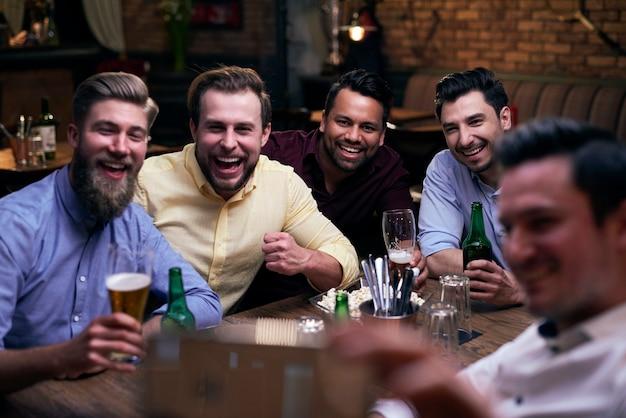 Treffen mit einer gruppe von freunden in der kneipe