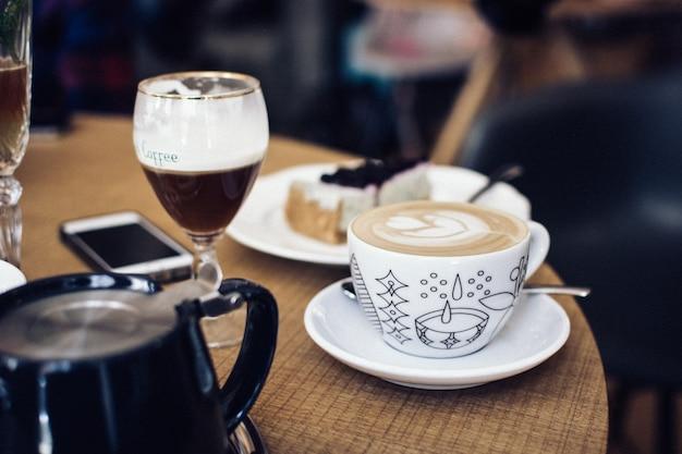 Treffen mit freund für kaffee