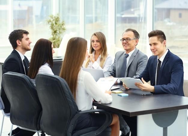 Treffen mit geschäftspartnern in modernen büros,