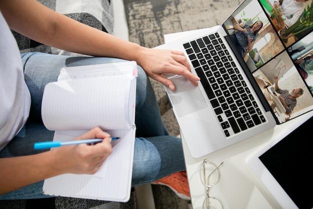 Treffen online, bildung. remote-arbeiten von zu hause aus. arbeitsplatz im home office auf dem sofa mit laptop und geräten. konzept des fernunterrichts, isolation, weibliches geschäft, online-shopping, konferenz.