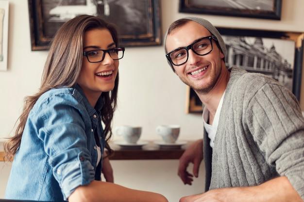 Treffen sie junge freunde im café