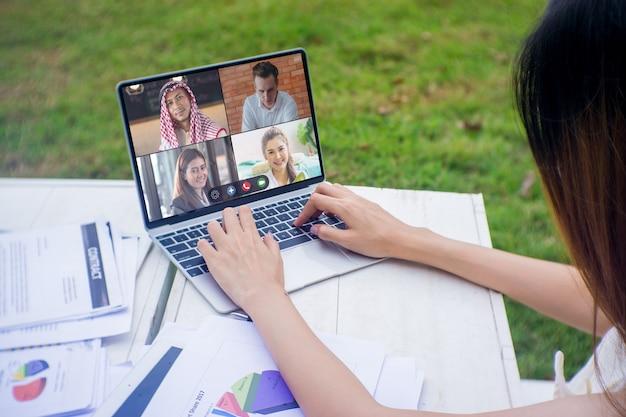 Treffen und diskussion von geschäftsmann und frau auf laptop mit arbeit von zu hause-konzept.