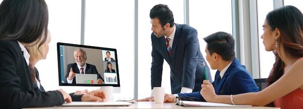 Treffen von geschäftsleuten der videoanrufgruppe am virtuellen arbeitsplatz oder im remote-büro