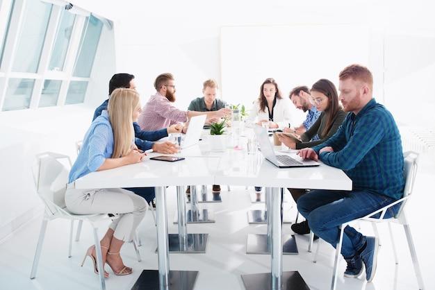Treffen von geschäftsleuten im amt. konzept der partnerschaft und teamarbeit