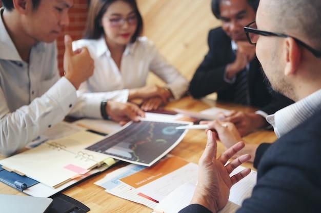 Treffen von geschäftsleuten in gruppen, um ein brainstorming durchzuführen, zu analysieren und das marketing zu planen.