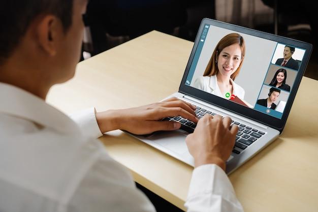 Treffen von geschäftsleuten mit videoanrufen am virtuellen arbeitsplatz oder im remote-büro