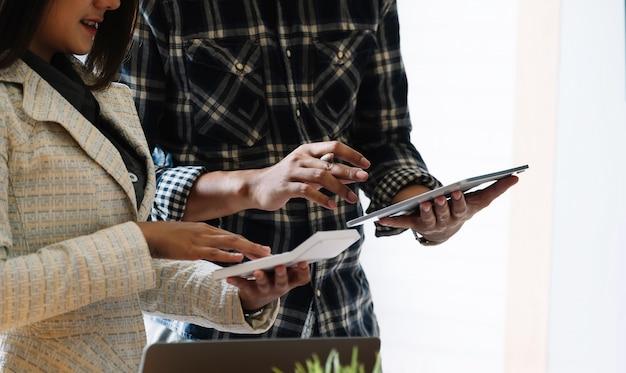Treffen von geschäftsleuten, um die situation auf dem markt mit einem tablet-computer zu besprechen.