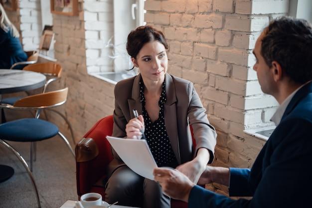 Treffen von geschäftsmann und geschäftsfrau im café