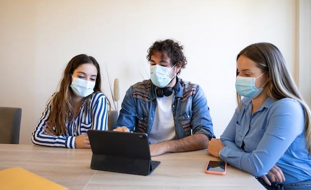Treffen von kreativen mit masken in der neuen normalität des covid 19