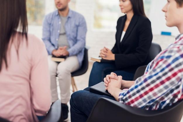 Treffen von menschen auf gruppentherapie. selbsthilfegruppentreffen.