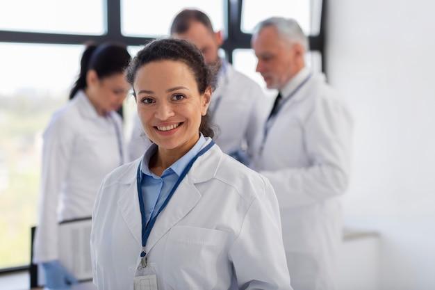 Treffen von wissenschaftlern mit mittlerem schuss