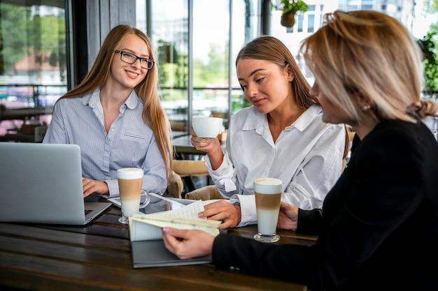 Treffen zur arbeit mit kaffeebehandlung