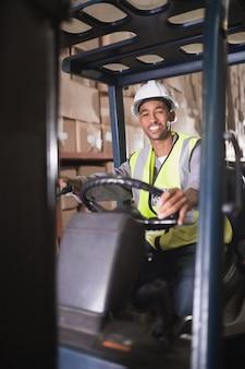 Treiber, der gabelstaplermaschine im lager betreibt