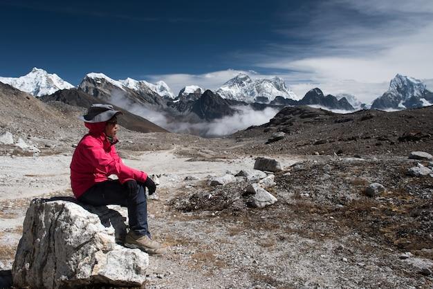 Trekker auf dem weg von lobuche nach gokyo-dorf mit naktok-see und berg in nepal