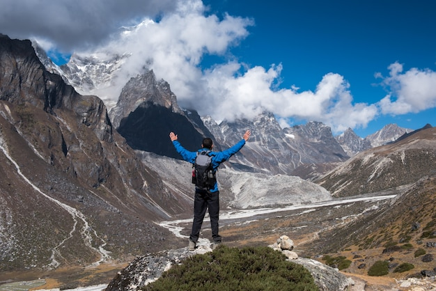 Trekker, der in grünes dorf khumjung nahe namche-basar in niedriger lagerstätte everest, nepal geht